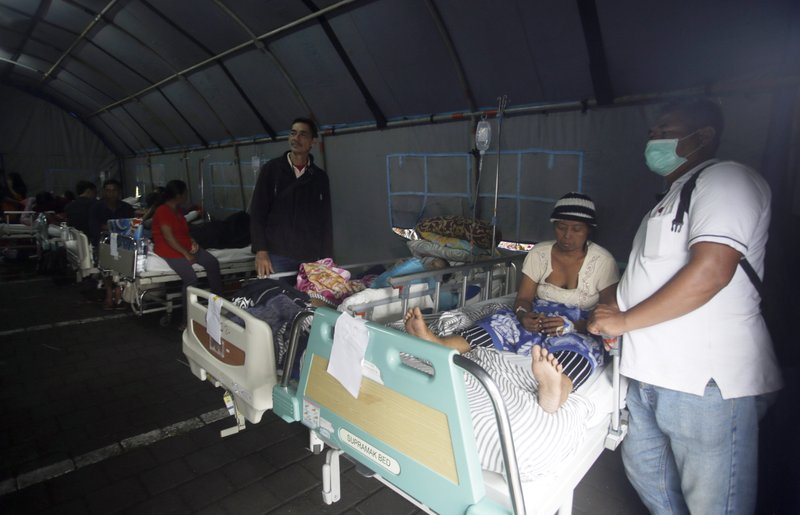 Patients are evacuated to a tent outside a hospital, following an earthquake in Bali, Indonesia, on Monday, Aug. 6, 2018. Photo: AP