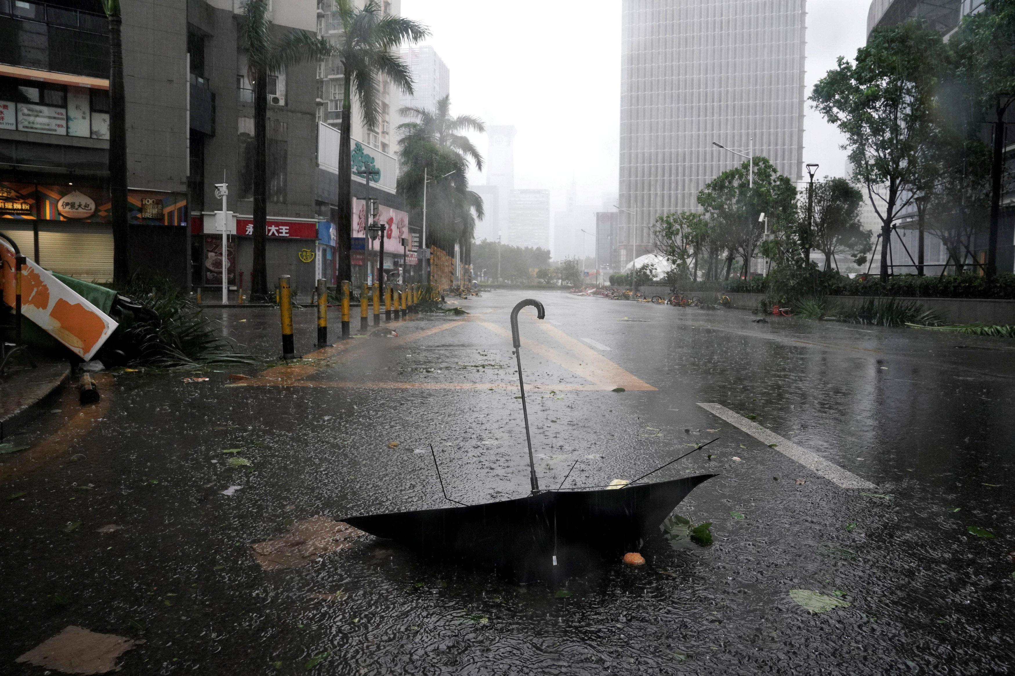 An umbrella is seen on a road after a rainstorm as Typhoon Mangkhut makes landfall in Guangdong province, in Shenzhen, China September 16, 2018. Photo: REUTERS