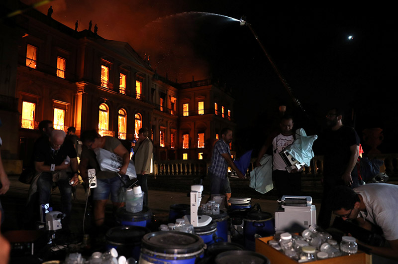 People rescue items during a fire at the National Museum of Brazil in Rio de Janeiro, Brazil September 2, 2018. Photo: Reuters