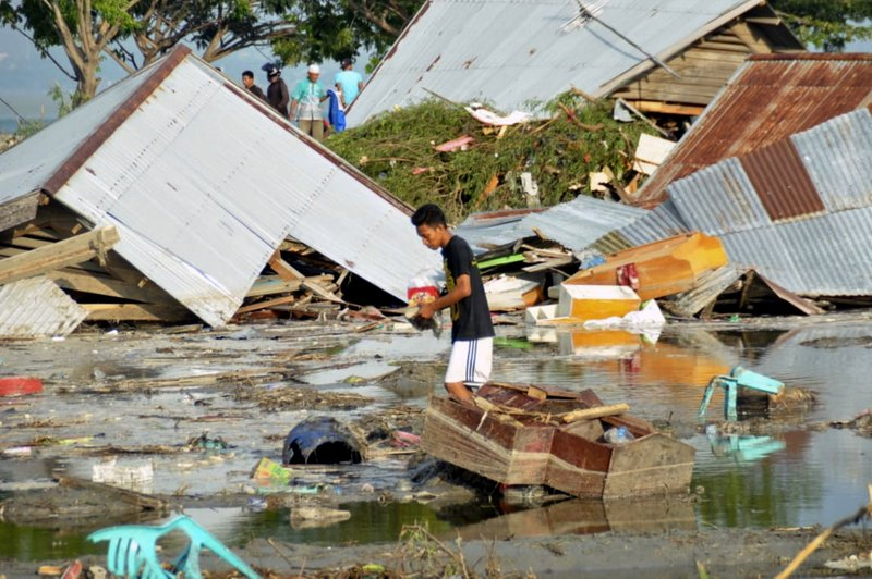 A man surveys the damage caused by earthquake and tsunami in Palu, Central Sulawesi, Indonesia, on Saturday, Sept. 29, 2018. Photo: AP