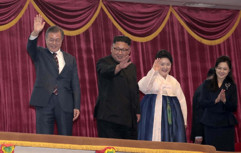 South Korean President Moon Jae-in, left, his wife Kim Jung-sook, second from right, North Korean leader Kim Jong Un and his wife Ri Sol Ju, right, arrive at Pyongyang Grand Theatre in Pyongyang, North Korea, on Tuesday, Sept. 18, 2018. Photo: AP