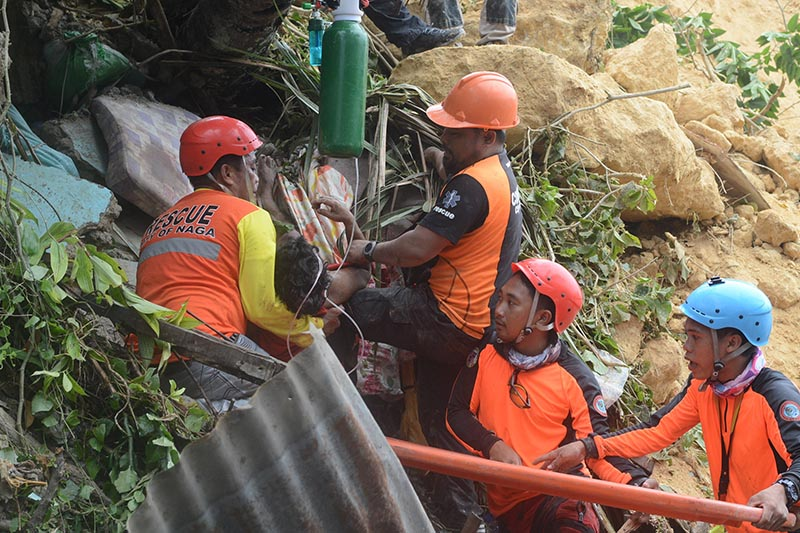 Rescuers pull out a survivor from rubble after a landslide in the City of Naga, Cebu, Philippines September 20, 2018. Photo: Reuters
