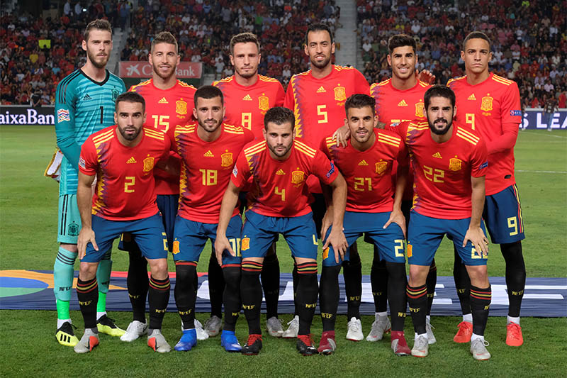 Spain players pose for a team group photo before the match. Photo: Reuters