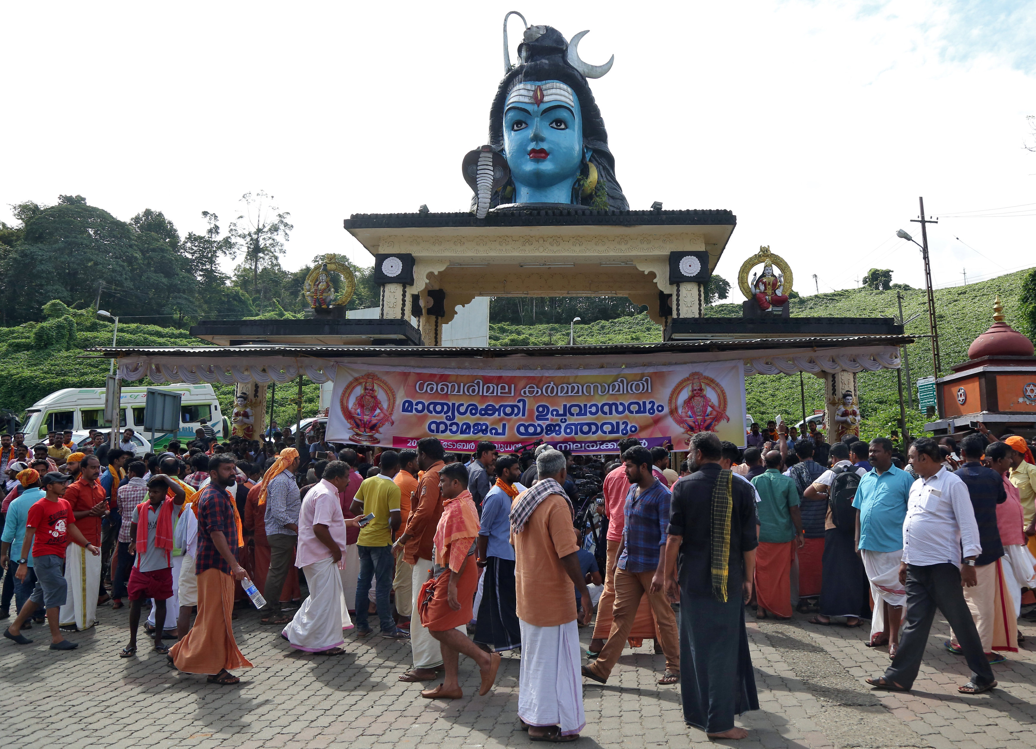 Hindu devotees gather at a temple during a protest against the lifting of ban by Supreme Court that allowed entry of women of menstruating age to the Sabarimala temple, at the Nilakkal Base Camp in Pathanamthitta district in the southern state of Kerala, India, October 17, 2018. Photo: REUTERS
