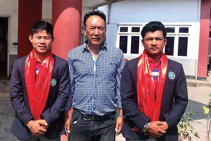Golfers Sukra Bahadur Rai (left) and Tanka Bahadur Karki (right) with Nepal Golf Association President Tashi Ghale after their farewell at the RNGC in Kathmandu on Monday. Photo: THT