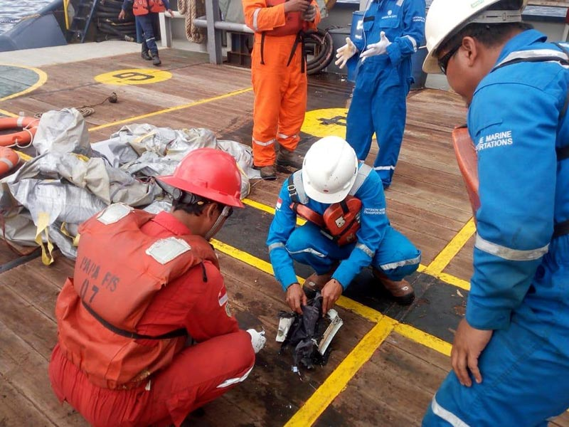 Workers of PT Pertamina examine recovered debris of what is believed to be from the crashed Lion Air flight JT610, onboard Prabu ship owned by PT Pertamina, off the shore of Karawang regency, West Java province, Indonesia, October 29, 2018. Photo: Antara Foto/PT Pertamina/Handout via Reuters
