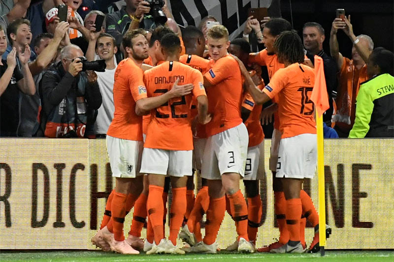 Netherlands' Memphis Depay celebrates scoring their second goal with team mates. Photo: Reuters