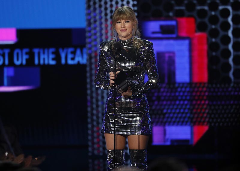 Taylor Swift accepts Artist of the Year during the 2018 American Music Awards Show, in Los Angeles, California, US, on October 9, 2018. Photo: Reuters