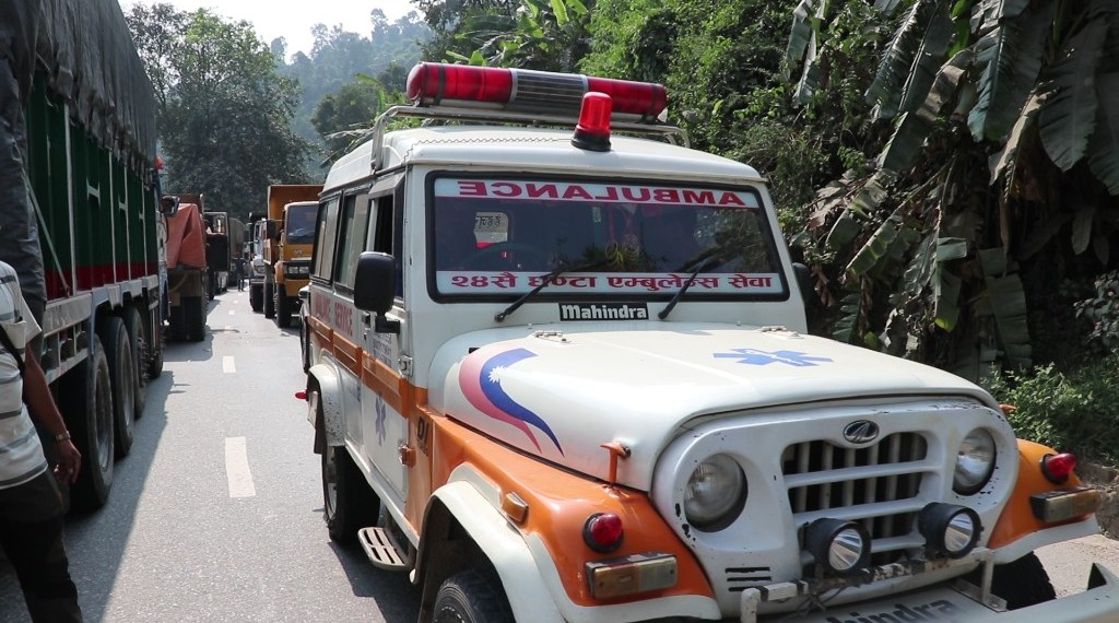 The ambulance ferrying Rajani Chaudhary from Bharatpur to Kathmandu got stuck in traffic jams along the Naubise-Nagdhunga road section and was unable to make it to the hospital on time. Photo: Keshav Adhikari/THT