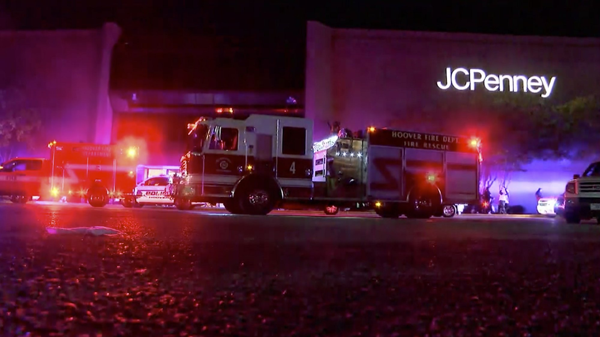 This Thursday, Nov. 22, 2018, image made from a video provided by ABC 33/40, authorities respond after reports of shots fired at the Riverchase Galleria in Hoover, a Birmingham, Ala., suburb. Photo: AP