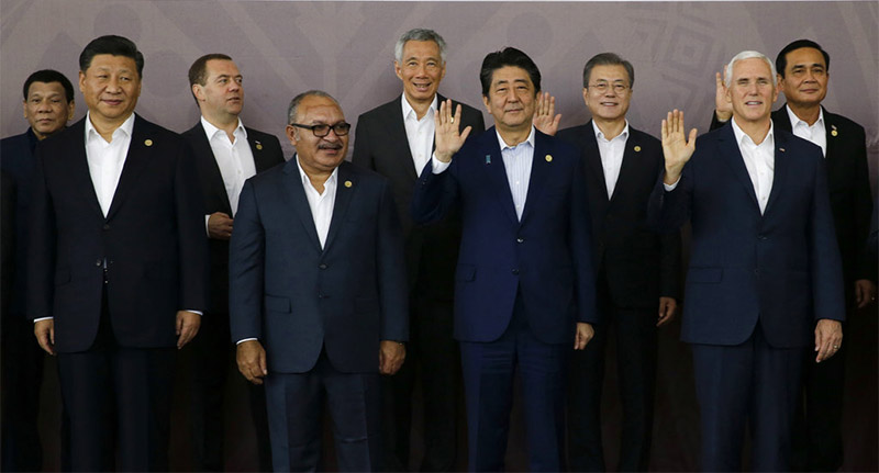 FILE - In this Nov 18, 2018 file photo, Chinese President Xi Jinping, left, and US Vice President Mike Pence, right, stand with other APEC leaders during the Economic Leaders Meeting in Port Moresby, Papua New Guinea. Photo: AP