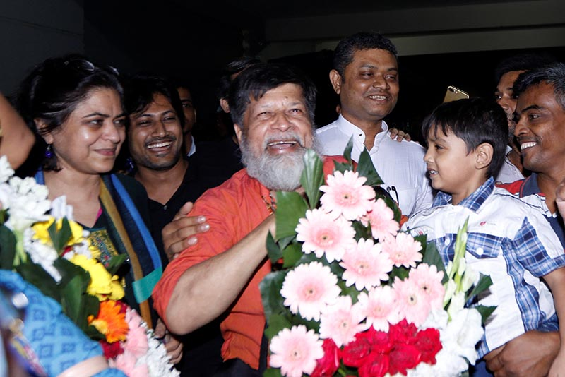 Shahidul Alam, a Bangladeshi photographer and activist, smiles after he was released from Dhaka Central Jail in Dhaka, Bangladesh, November 20, 2018. Picture taken November 20, 2018. Photo: Reuters