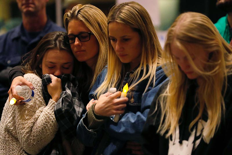 Mourners attend a vigil for the victims of the mass shooting, at the Thousand Oaks Civic Arts Plaza in Thousand Oaks, California, US, on November 8, 2018. Photo: Reuters