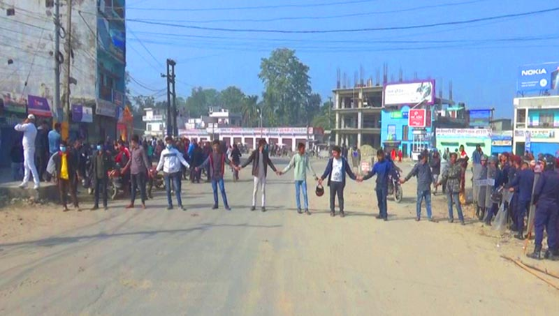 Locals forming a human chain demanding that the murderer of Bijaya Thapa be made public, in Dhangadi, on Tuesday, November 20, 2018. Photo: THT