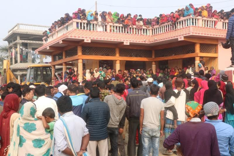 Locals thronging the home of Jaya Baba Brick Kiln Industry Supervisor Fida Husain after he was shot dead by a group of unidentified people at Duhabi, Sunsari, on Wednesday, November 21, 2018. Photo: THT