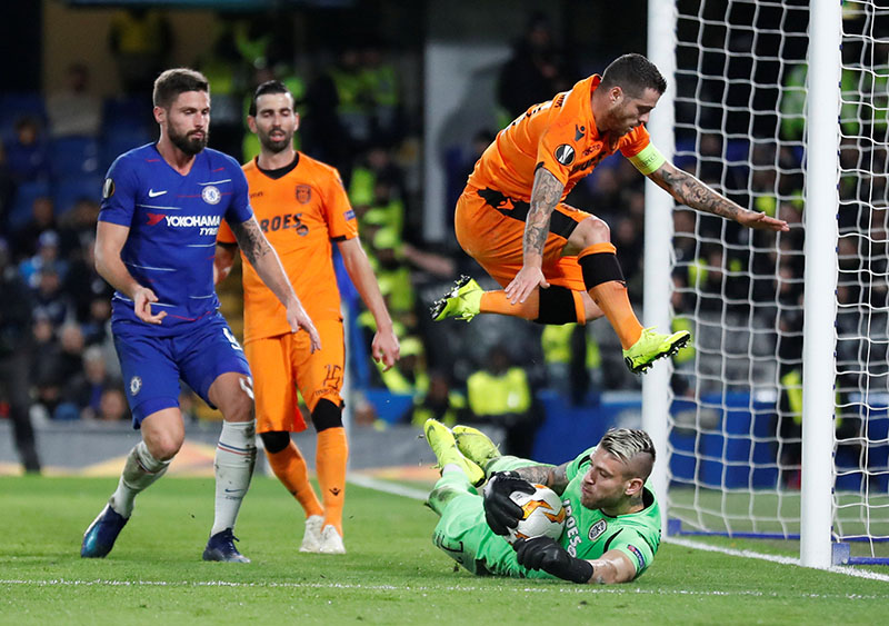 PAOK Salonika's Alexandros Paschalakis and Vieirinha in action with Chelsea's Olivier Giroud during the Europa League, Group Stage, Group L match between Chelsea and PAOK Salonika, at Stamford Bridge,in London, Britain, on November 29, 2018.  Photo: Action Images via Reuters