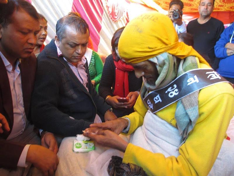 Nepali Congress leader Gagan Thapa meeting the parents of rape and murder victim Nirmala Panta at the sit-in in front of Kanchanpur DAO,  on Wednesday, November 21, 2018. Photo: THT