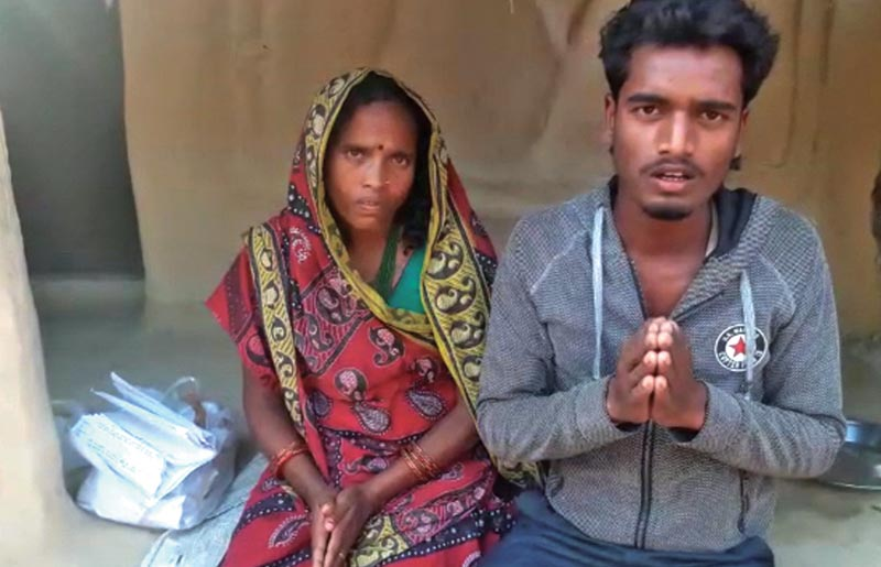Lalakudevi Paswan (left) and her son appealing for help for the formeru2019s treatment, in Saptari, on Saturday. Photo: THT