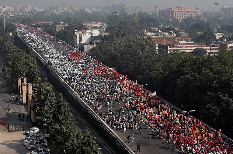 Farmers march towards the parliament house during a rally to protest soaring farm operating costs and plunging prices of their produce, in New Delhi, India, November 30, 2018. Photo: Reuters