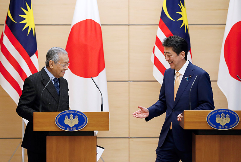 Malaysia's Prime Minister Mahathir Mohamad exchanges smiles with Japan's Prime Minister Shinzo Abe at the end of their joint news conference at Abe's official residence, in Tokyo, Japan, on November 6, 2018. Photo: REUTERS