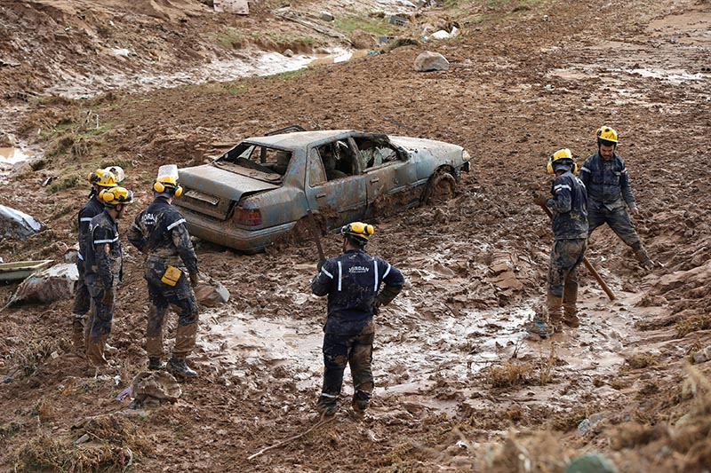 Civil defense members look for missing persons after rain storms unleashed flash floods, in Madaba city, near Amman, Jordan, November 10, 2018. Photo: Reuters