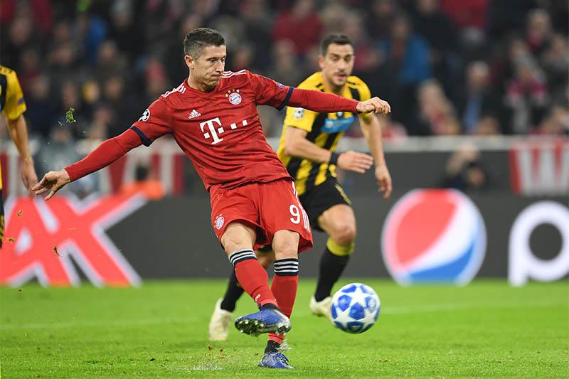 Bayern Munich's Robert Lewandowski scores their first goal from the penalty spot. Photo: Reuters
