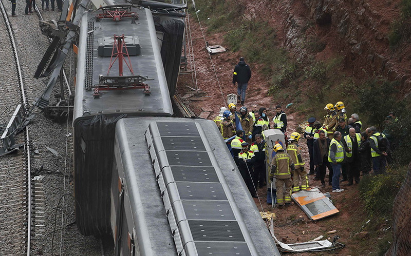 Firefighters, police and other officials survey the scene after a commuter train derailed between Terrassa and Manresa, outside Barcelona, Spain, on November 20, 2018. Photo: REUTERS