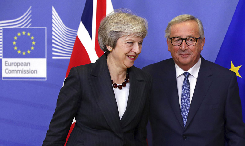 European Commission President Jean-Claude Juncker, right, greets British Prime Minister Theresa May on arrival at EU headquarters, in Brussels, on Wednesday, November 21, 2018. Photo: AP