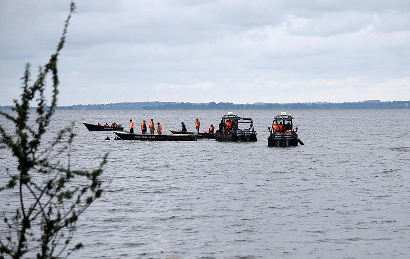 Rescue and recovery missions search for the bodies of dead passengers after a cruise boat capsized in Lake Victoria off Mukono district, Uganda November 25, 2018. Photo: Reuters