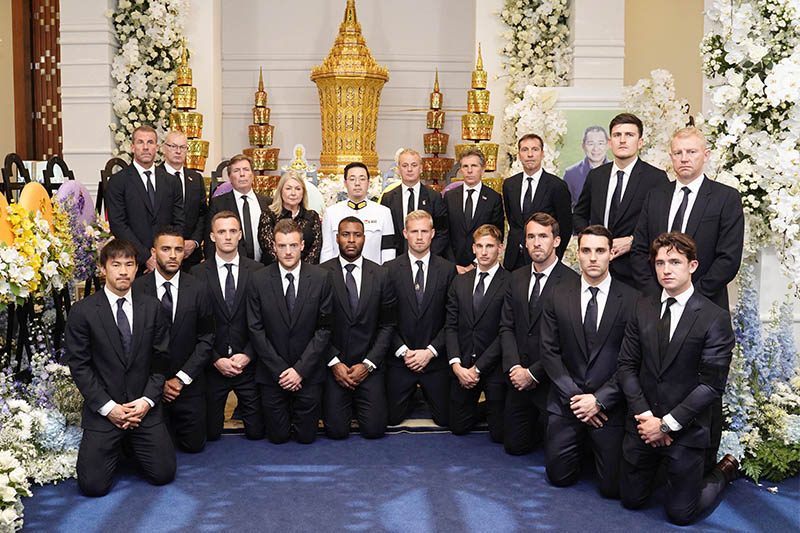 Aiyawatt Srivaddhanaprabha, poses with players and staff of Leicester City, during the funeral of his father, Vichai Srivaddhanaprabha's, late chairman of Leicester City Football Club in Bangkok, Thailand, November 4, 2018. Photo: Reuters