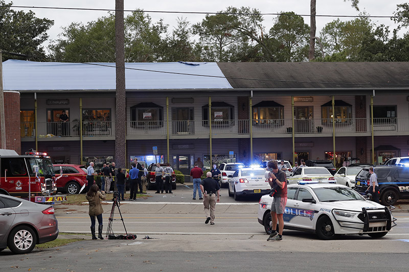 Police investigators work the scene of a shooting, in Tallahassee, Florida, on Friday, November 2, 2018. Photo: Tori Schneider/Tallahassee Democrat via AP