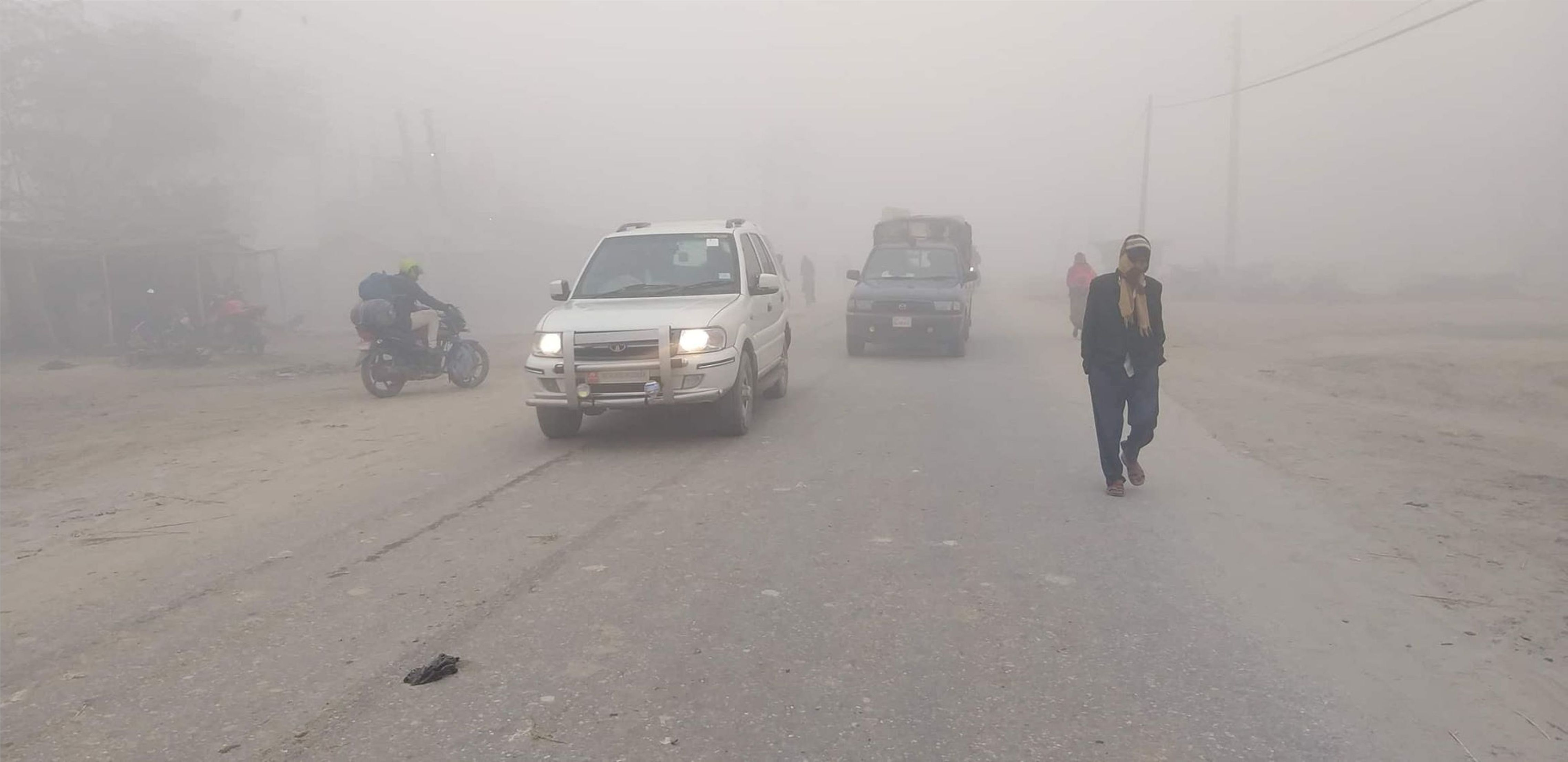 Vehicles plying at Gaur Chandrapur Road Section navigate through a dense fog on Thursday, December 20, 2018. Photo: Prabhat Kumar Jha/THT