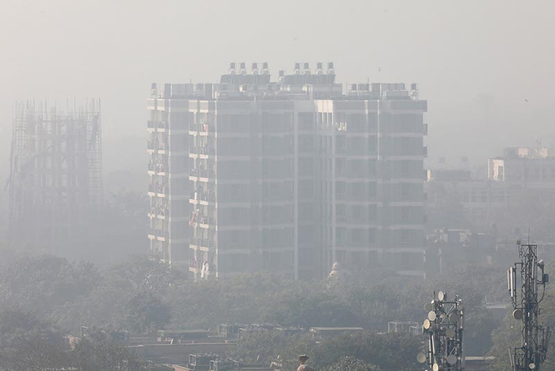 A residential building is shrouded in smog in New Delhi, India, December 25, 2018. Photo: Reuters