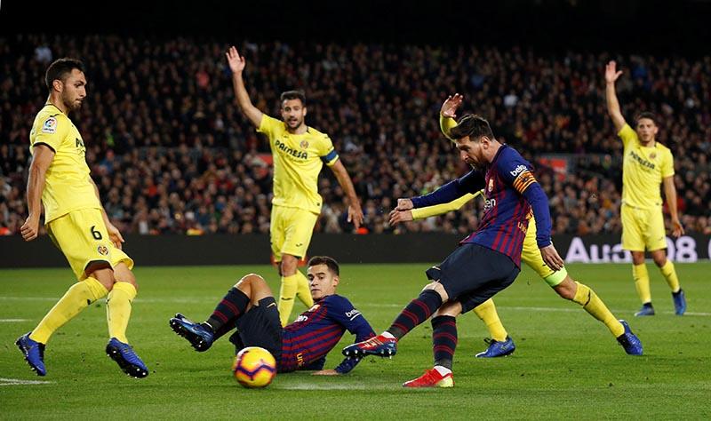 Barcelona's Lionel Messi shoots at goal as Villarreal's Victor Ruiz attempts to block during the La Liga Santander match between Barcelona and Villarreal, at Camp Nou, in Barcelona, Spain, on December 2, 2018. Photo: Reuters