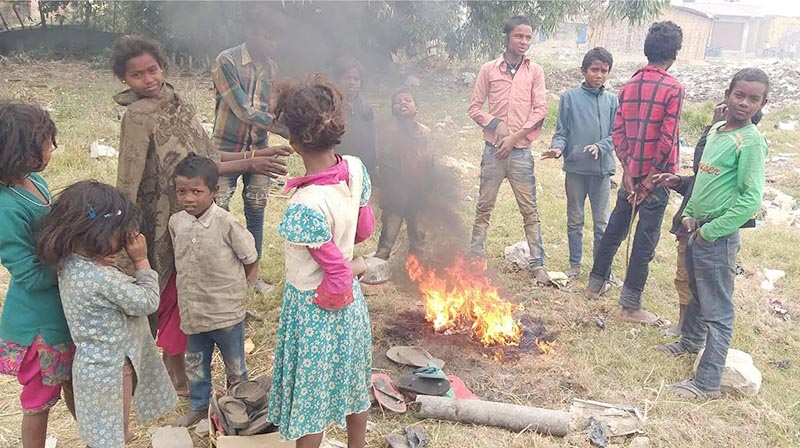 Children from Mushhar community gathering around a fire seeking warmth from the fire in Gaur Municipality, Rautahat, on Thursday, December 20, 2018. Photo: THT