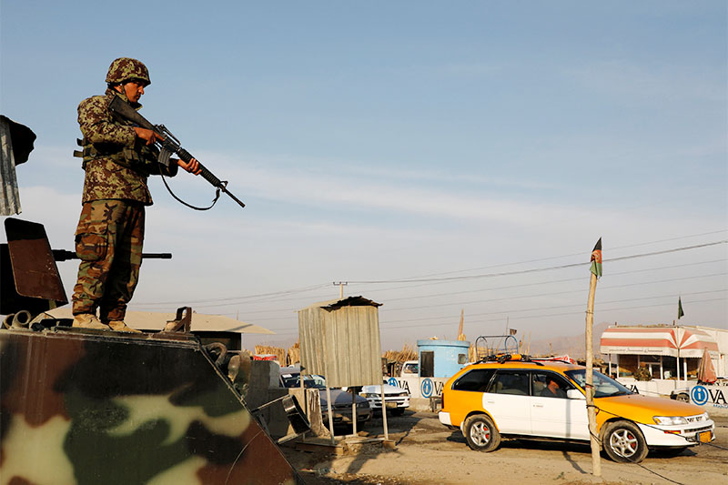 An Afghan National Army (ANA) soldier keeps watch at a check point on the outskirts of Kabul, Afghanistan December 31, 2018. Photo: Reuters