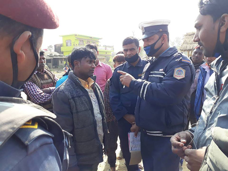 A police personnel counselling a rider during the course of vehicle checking at Badaharwa Chok, in Jitpur Simara Sub-Metropolitan City-18, Bara district, on Tuesday, January 1, 2018. Photo: Pushpa Raj Khatiwada/THT