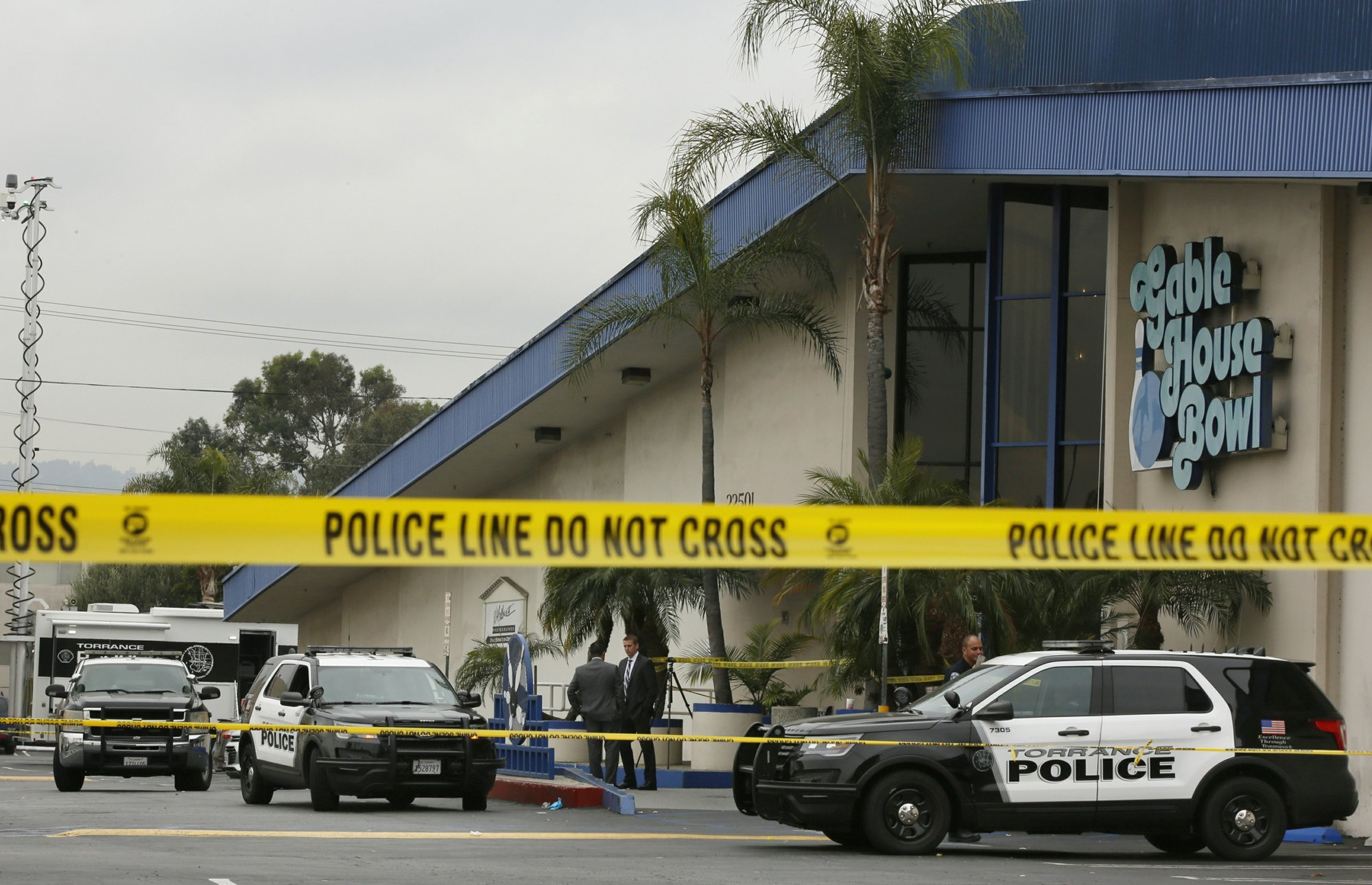 Police officers investigate a shooting incident with multiple fatalities at the Gable House Bowl in Torrance, Calif., on Saturday, Jan. 5, 2019. Photo: AP
