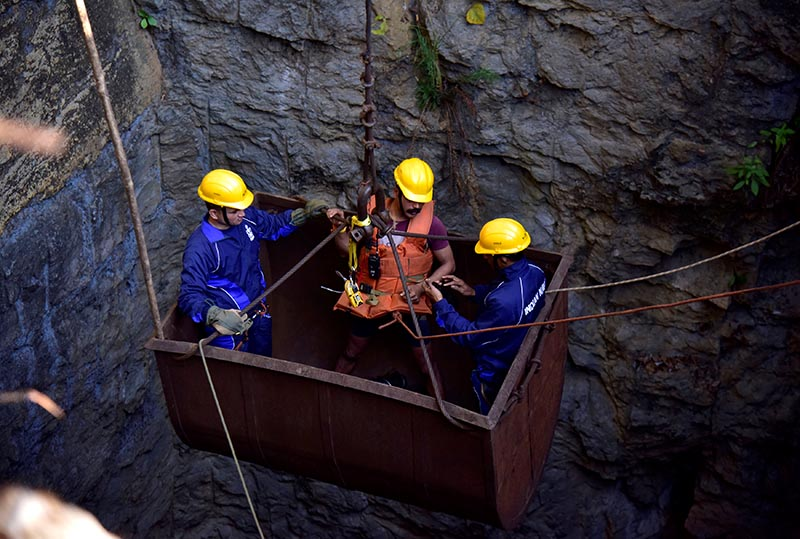 Divers use a pulley to enter a coal mine that collapsed in Ksan, in the northeastern state of Meghalaya, India, December 29, 2018.  Photo: Reuters