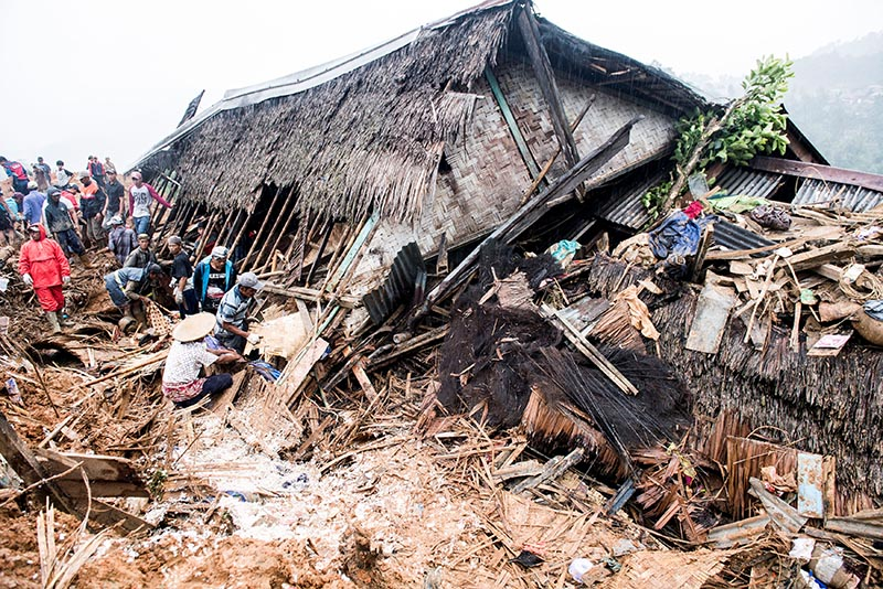 Rescue workers search for victims near a collapsed house following landslides at Cisolok district in Sukabumi, West Java province, Indonesia, January 1, 2019. Photo: Antara Foto/M Agung Rajasa/via Reuters