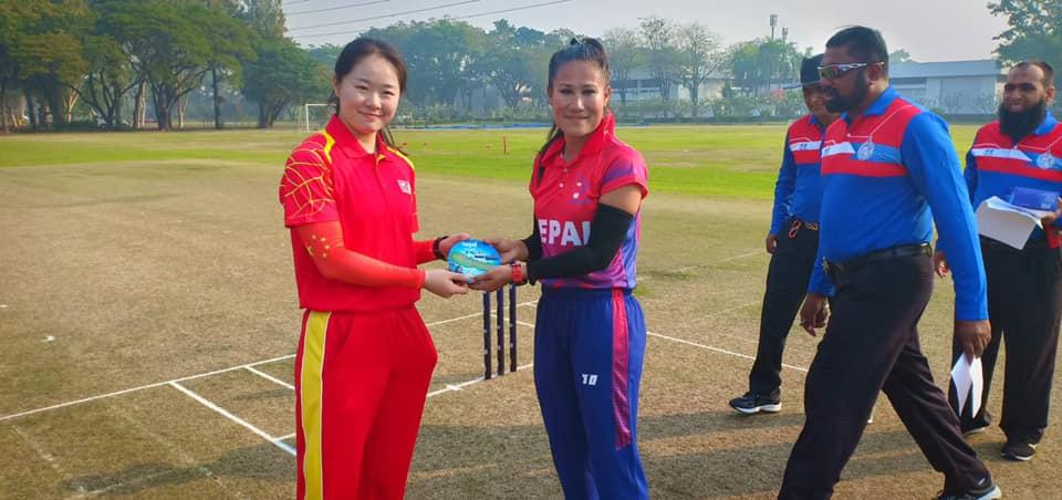Nepal skipper Rubina Chhetry Belbashi and her Chinese counterpart Li Haoye (left) in Bangkok on Saturday, January 12, 2019. Photo: THT