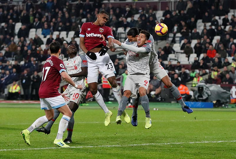 West Ham's Issa Diop misses a chance to score as Liverpool's Roberto Firmino looks on during the Premier League match between West Ham United and Liverpool, at London Stadium, in London, Britain, on February 4, 2019. Photo: Reuters