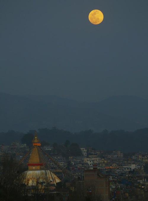 A full moon is seen rising behind the Boudhanath Stupa in Kathmandu, Nepal, Tuesday, February 19, 2019. Photo: Niranjan Shrestha/AP