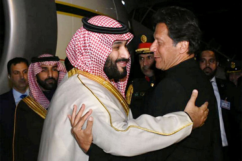 Pakistani Prime Minister Imran Khan (R) greets Saudi Arabia's Crown Prince Mohammed bin Salman on his arrival at Pakistan Air Force (PAF) Nur Khan Base in Rawalpindi, Pakistan February 17, 2019. Photo: Reuters