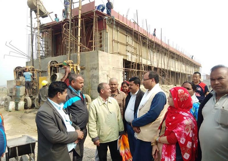 Lawmaker Anil Kumar Jha (third from right) from Rautahat Constituency 1, holding discussion while inspecting an under-construction bridge over the Lalbakaiya River, in Rautahat, on Monday, February 18, 2019. Photo: THT