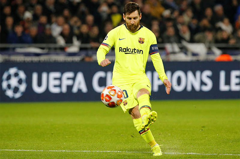 Barcelona's Lionel Messi shoots at goal from a free kick. Photo: Reuters