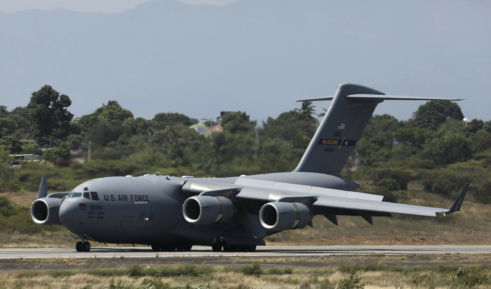 An United States Air Force C-17 cargo plane loaded with humanitarian aid lands at Camilo Daza airport in Cucuta, Colombia, on Saturday, Feb. 16, 2019. Photo: AP