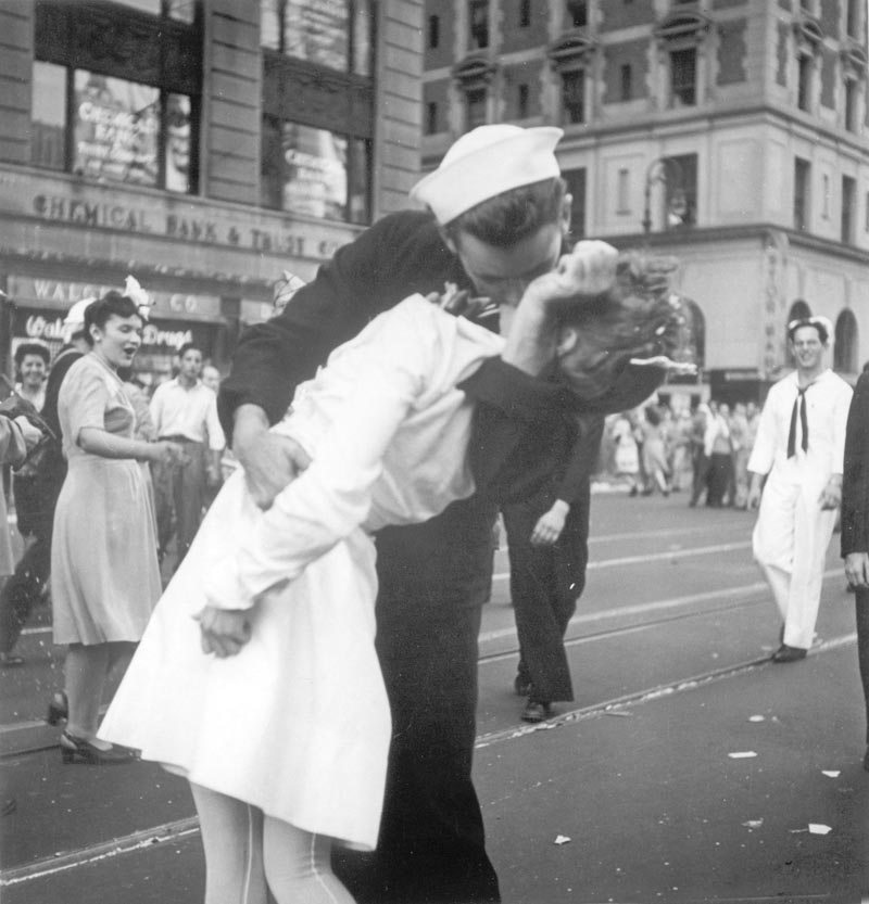 A sailor and a woman kiss in New York's Times Square, as people celebrate the end of World War II on August 14, 1945. Photo: Victor Jorgensen/US Navy via AP