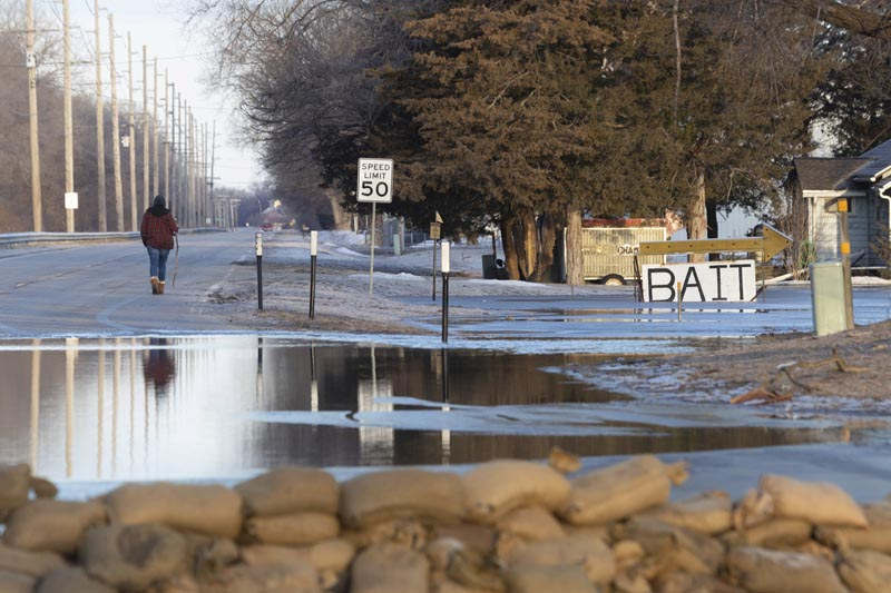 Water seeps into the west side of town with sandbags lining the intersection of Ridge Road and Military Avenue in Fremont, Nebraska, on Saturday, March 16, 2019. Photo: Kent Sievers/Omaha World-Herald via AP