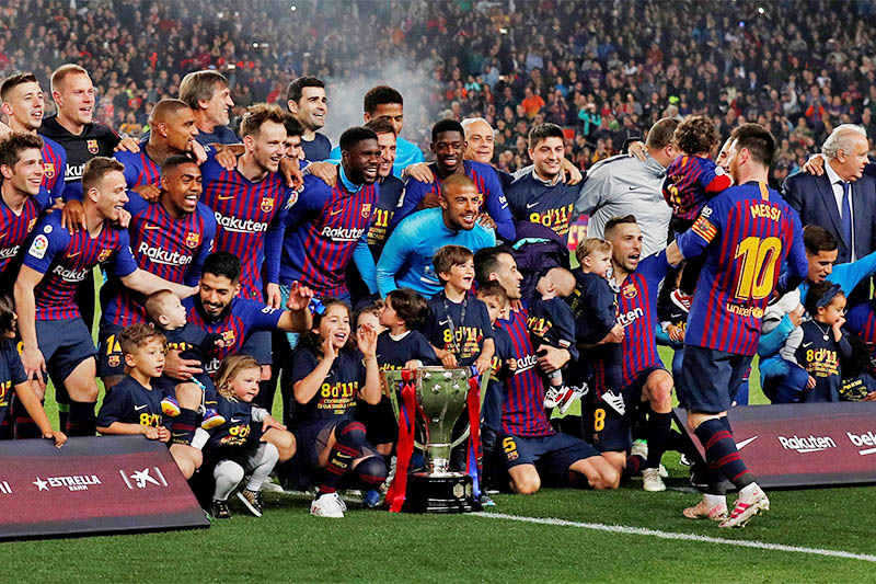 Barcelona celebrate winning La Liga with the trophy. Photo: Reuters